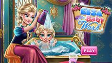 Эльза купает свою дочку